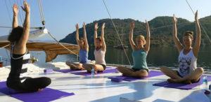 Yoga op het dek tijdens de Yogacruise van the flower of life